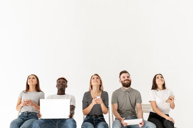 Gruppo copia-spazio di giovani mock-up Foto Premium