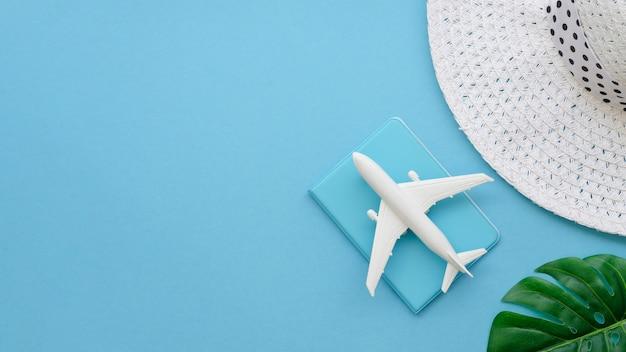 Copia-spazio cappello con aereo e passaporto Foto Premium