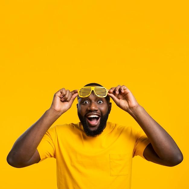 Copia-spazio uomo con occhiali da sole Foto Premium