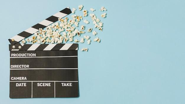 Ardesia e popcorn di film copia-spazio Foto Premium