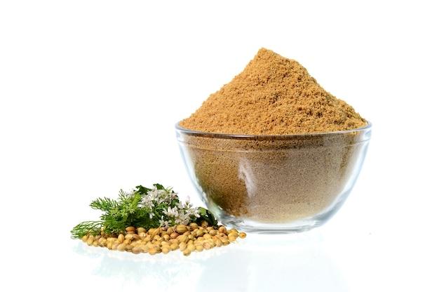 Semi di coriandolo, coriandolo fresco e coriandolo in polvere isolato su priorità bassa bianca. Foto Premium