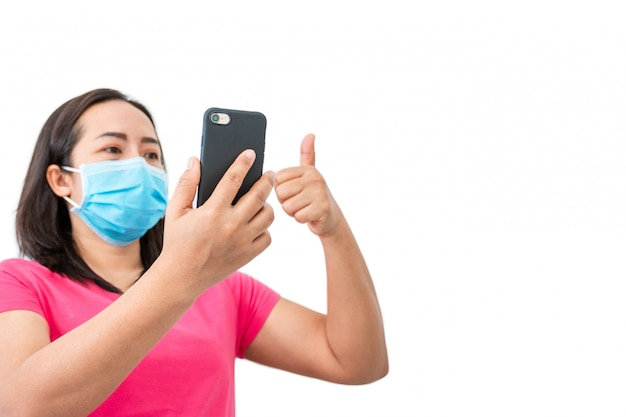 Coronavirus covid-19, durante la detenzione a casa le donne mascherate usano i telefoni per effettuare videochiamate agli amici. Foto Premium