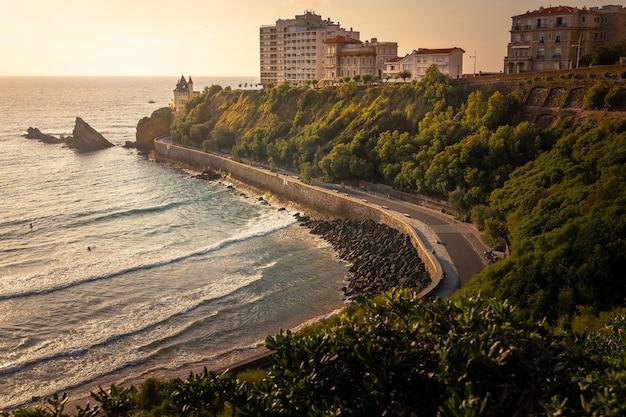 Cote des basques beach la sera a biarritz, paesi baschi. Foto Premium