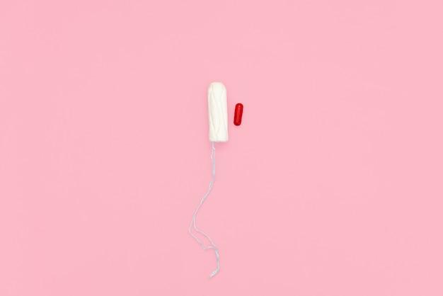 Tampone di cotone su sfondo rosa. Foto Premium