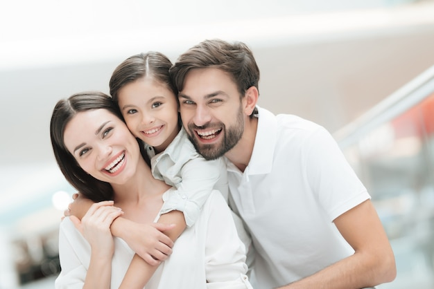 Le coppie e la figlia con i sacchetti della spesa sono nel centro commerciale. Foto Premium