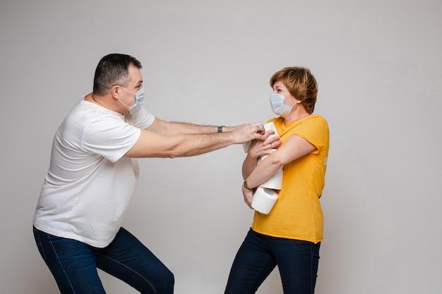 Una lotta di coppia per la carta igienica Foto Premium