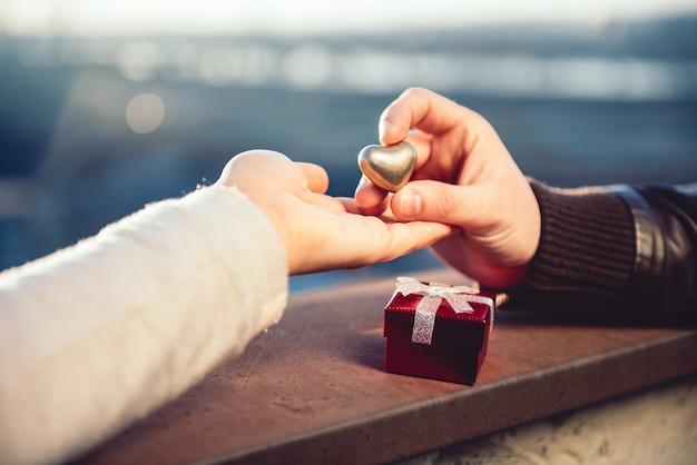 Coppia tenendosi per mano sul tetto Foto Premium