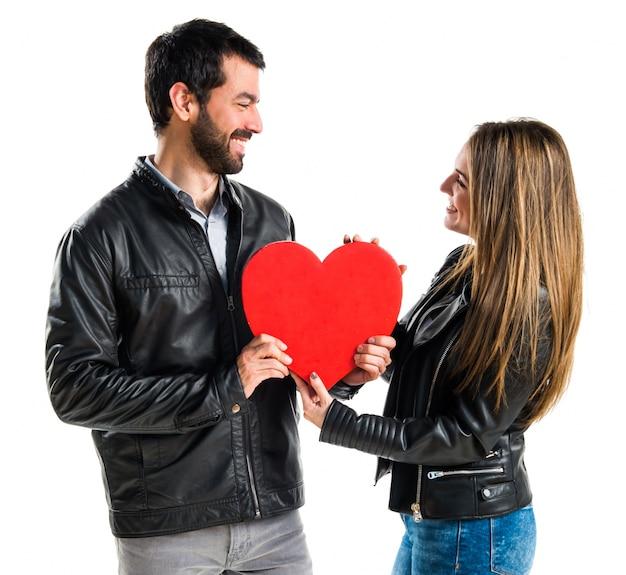 Coppia tenendo un cuore Foto Premium