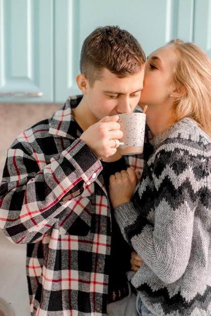 Coppie che abbracciano in cucina Foto Premium