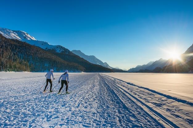 Coppia di fondisti uomo e donna fa formazione tecnica di pattinaggio Foto Premium