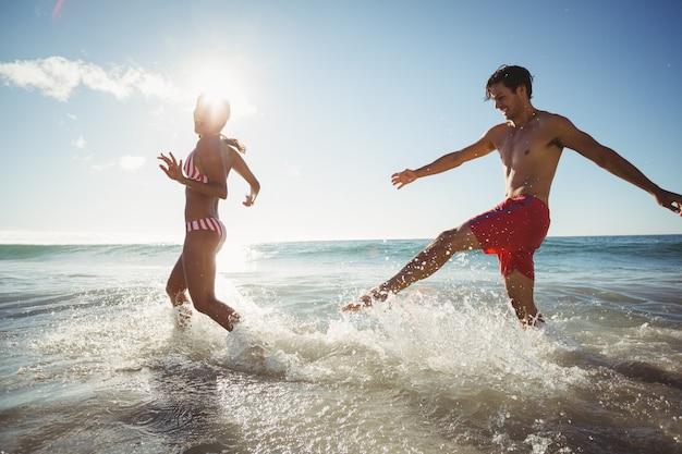 Coppia giocando in acqua Foto Premium