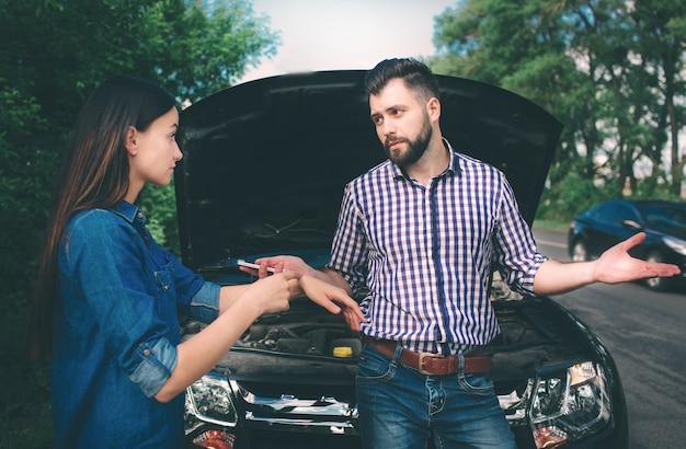 La coppia ha litigato, la macchina si è rotta sulla strada Foto Premium