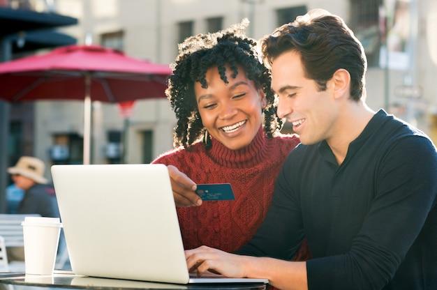 Coppia shooping online con carta di credito Foto Premium