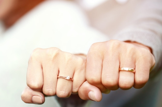 Coppia che mostra i loro anelli di nozze Foto Premium