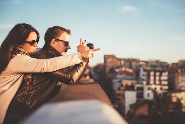Coppia di scattare foto sul tetto Foto Premium
