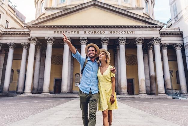 Coppia di turisti che camminano nella città di milano, italia - persone che visitano roma Foto Premium