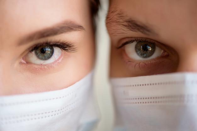 La coppia indossa una maschera facciale durante il coronavirus e l'epidemia di influenza. protezione da virus e malattie in luoghi pubblici affollati. Foto Premium