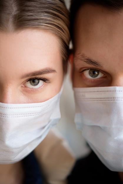 Coppia che indossa la maschera facciale durante il coronavirus in aeroporto Foto Premium