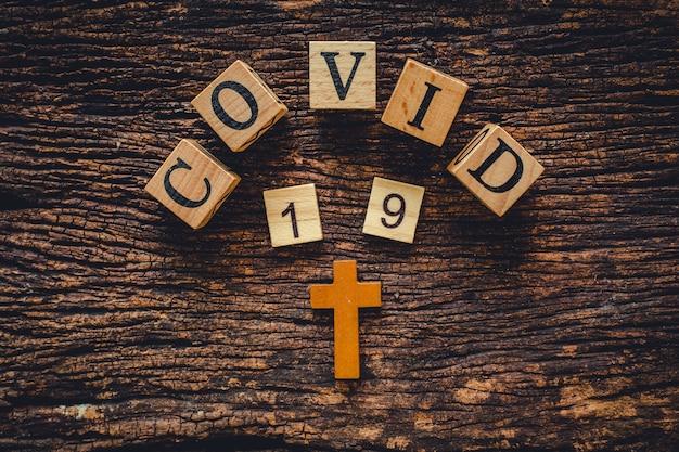 Covid-19 nome del virus corona dalla parola di testo wuhan sul vecchio sfondo di natura vintage in legno. Foto Premium