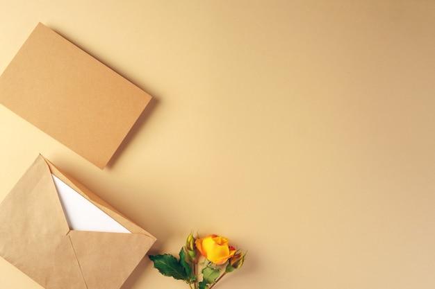 Busta in carta artigianale con rose gialle Foto Premium