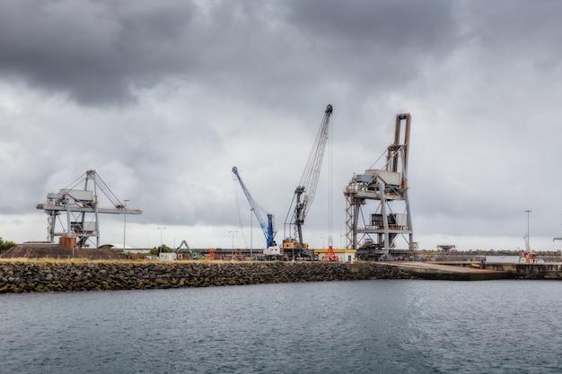 Gru e ascensori nel porto industriale di sines. Foto Premium