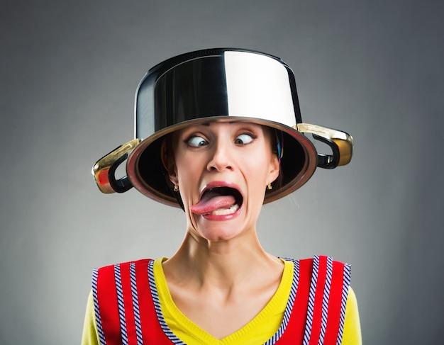 Casalinga pazza con la padella in testa Foto Premium