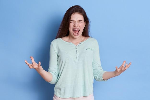 Donna infelice pazza che grida Foto Premium