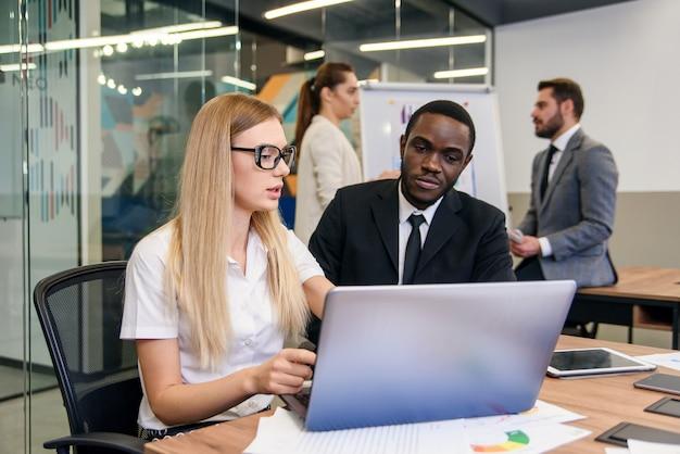 Creare una futura strategia di sviluppo per la giovane azienda progressista. piacevoli imprenditori altamente qualificati che discutono delle opportunità per ottenere risultati aziendali migliori. Foto Premium