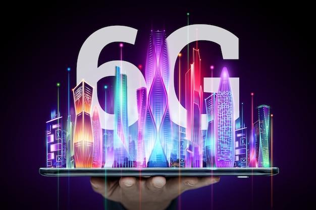 Background creativo, mano maschio che tiene un telefono con un ologramma 6g sullo sfondo della città. il concetto di rete 6g, internet mobile ad alta velocità, reti di nuova generazione. tecnica mista. Foto Premium