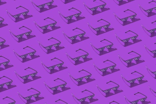 Modello creativo da occhiali pixel protettivi utilizzando per lavorare con schermi di computer, telefoni e tv su un viola con ombre dure. Foto Premium