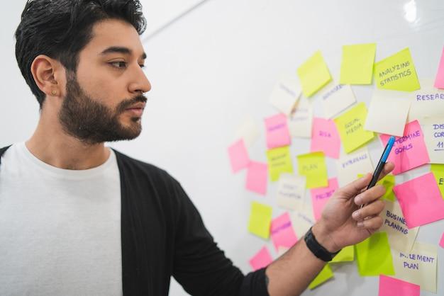 I creativi si incontrano in ufficio e usano i post-it Foto Premium