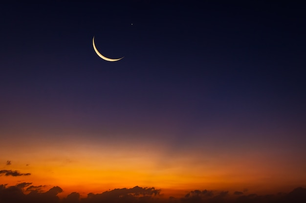 Luna crescente sul cielo al crepuscolo Foto Premium