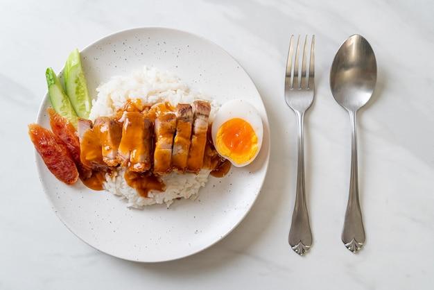 Pancetta croccante su riso con salsa rossa barbecue Foto Premium