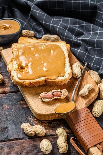 Toast croccante con burro di arachidi per colazione Foto Premium