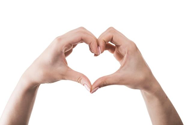 Ritaglia le mani mostrando il gesto del cuore Foto Premium