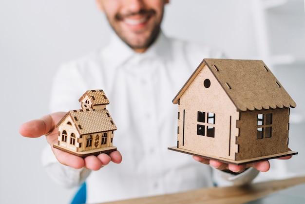 Ritaglia l'agente immobiliare confrontando le case Foto Premium