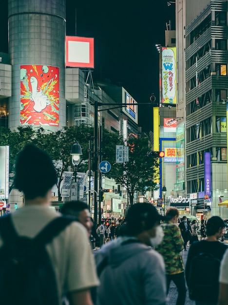 Strada affollata di notte in città con persone Foto Premium