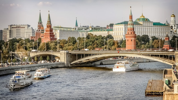 La nave da crociera naviga lungo la moskva rive. centro di mosca Foto Premium