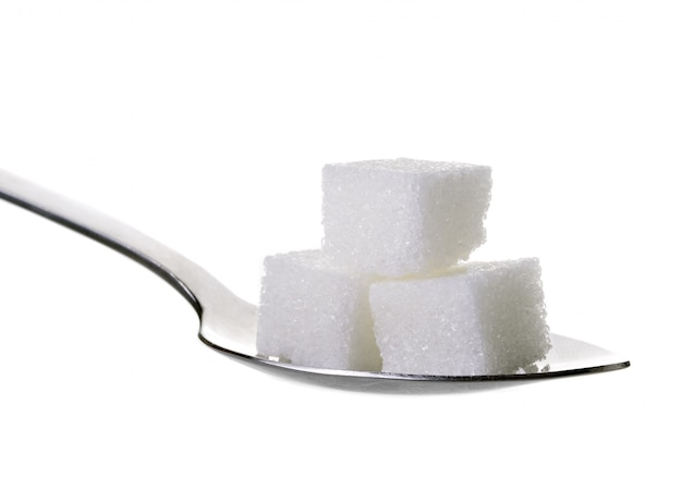 Zuccheri cubi in cucchiaino isolato su sfondo bianco Foto Premium