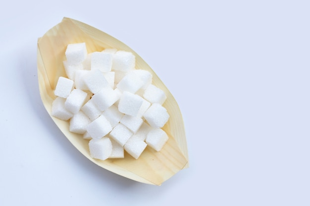 Cubetti di zucchero su sfondo bianco. copia spazio Foto Premium