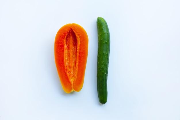 Cetriolo e papaia su sfondo bianco. concetto di sesso Foto Premium
