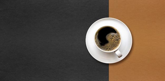 Tazza di caffè su sfondo di carta nera e marrone. Foto Premium