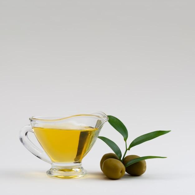 Tazza di olio d'oliva con spazio di copia Foto Premium