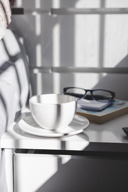 Tazza di tè sul comodino. stile di vita. Foto Premium