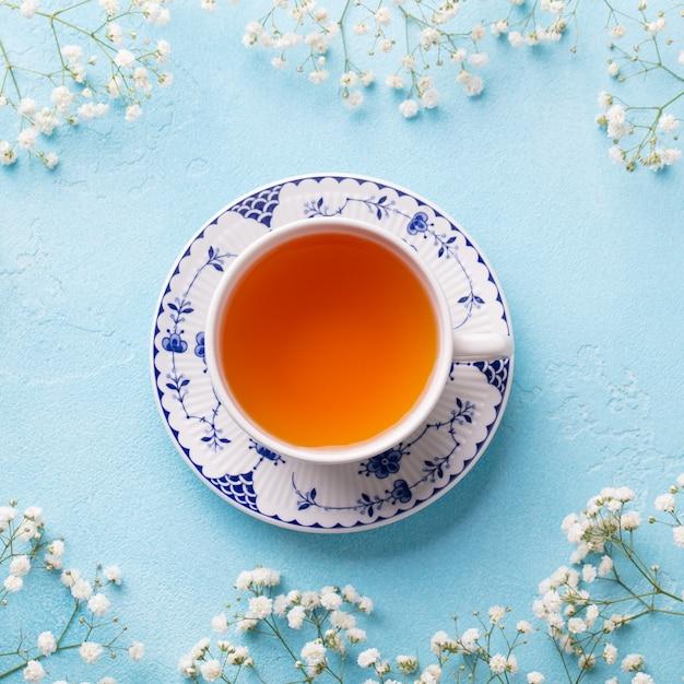 Tazza di tè con fiori freschi. vista dall'alto. copia spazio. Foto Premium