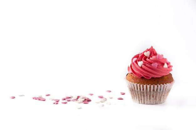 Cupcake decorato con cuori di zucchero per san valentino isolato su sfondo bianco Foto Premium