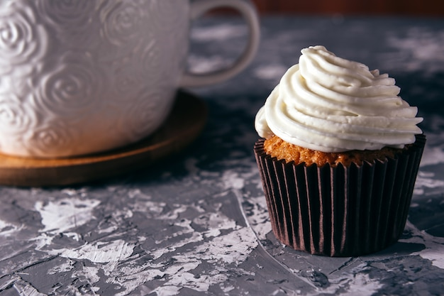 Cupcakes con tazze di caffè. Foto Premium
