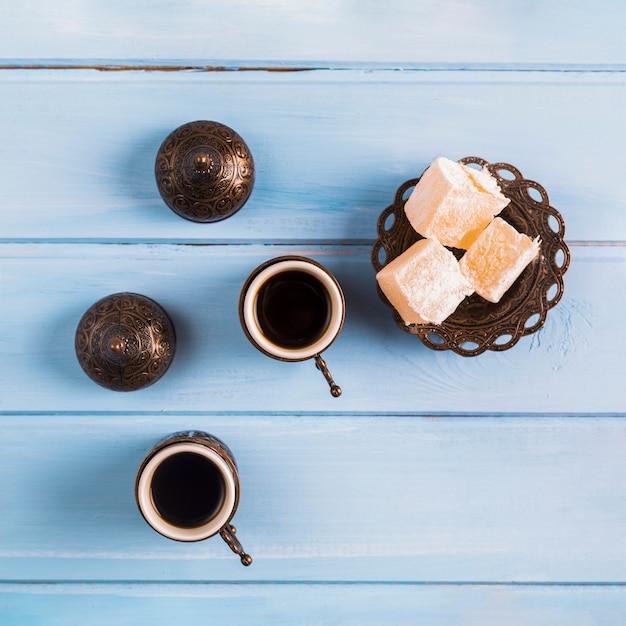 Tazze di caffè vicino al piattino con delizie turche Foto Premium