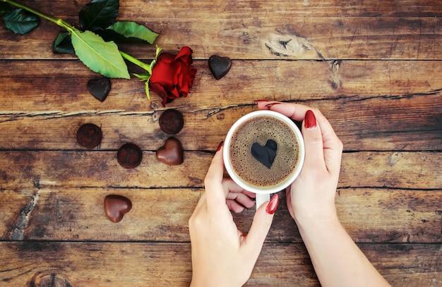 Tazze con un caffè nelle mani di uomini e donne. messa a fuoco selettiva Foto Premium
