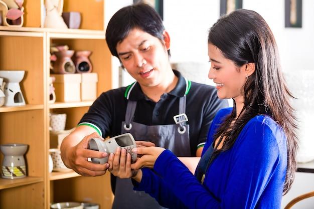 Cliente in un negozio di ceramiche asiatiche Foto Premium